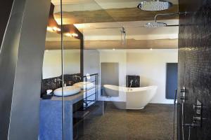 Bonnieux Suite bathrooom