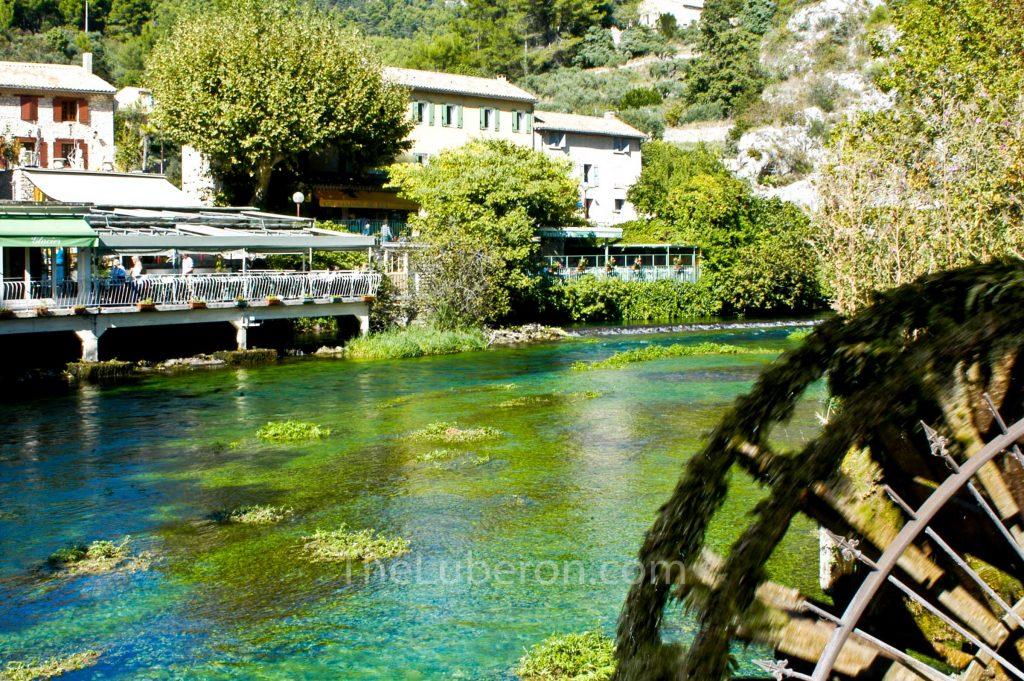 The Sorgue flowing through Fontaine-de-Vaucluse