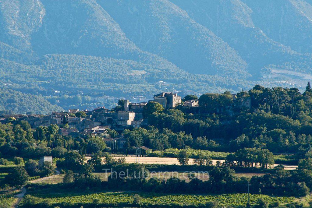 Goult with Luberon mountain