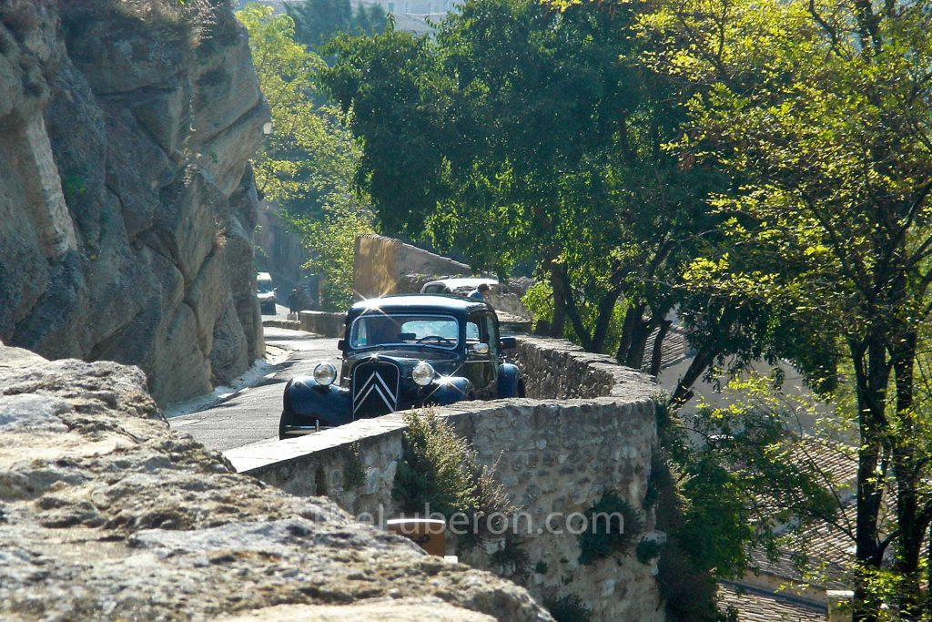Menerbes with classic car
