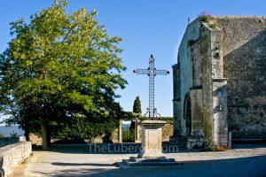 Menerbes church square