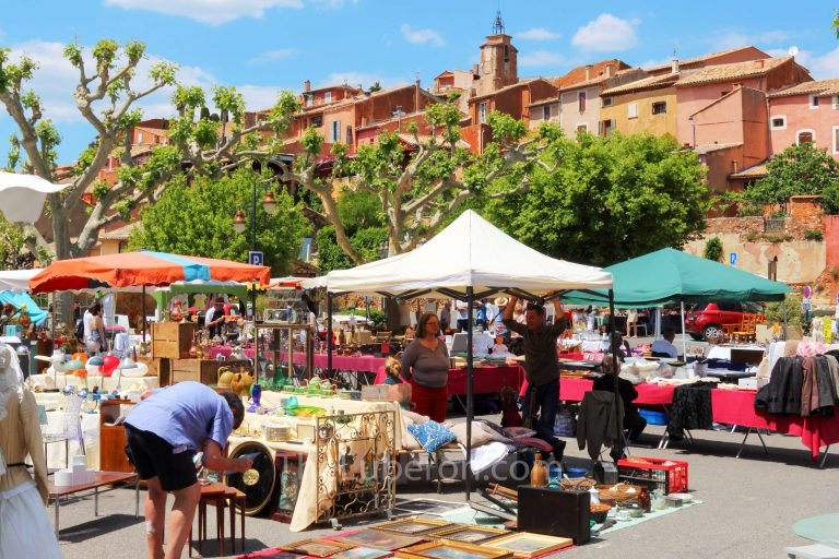 Market in square at Roussillon