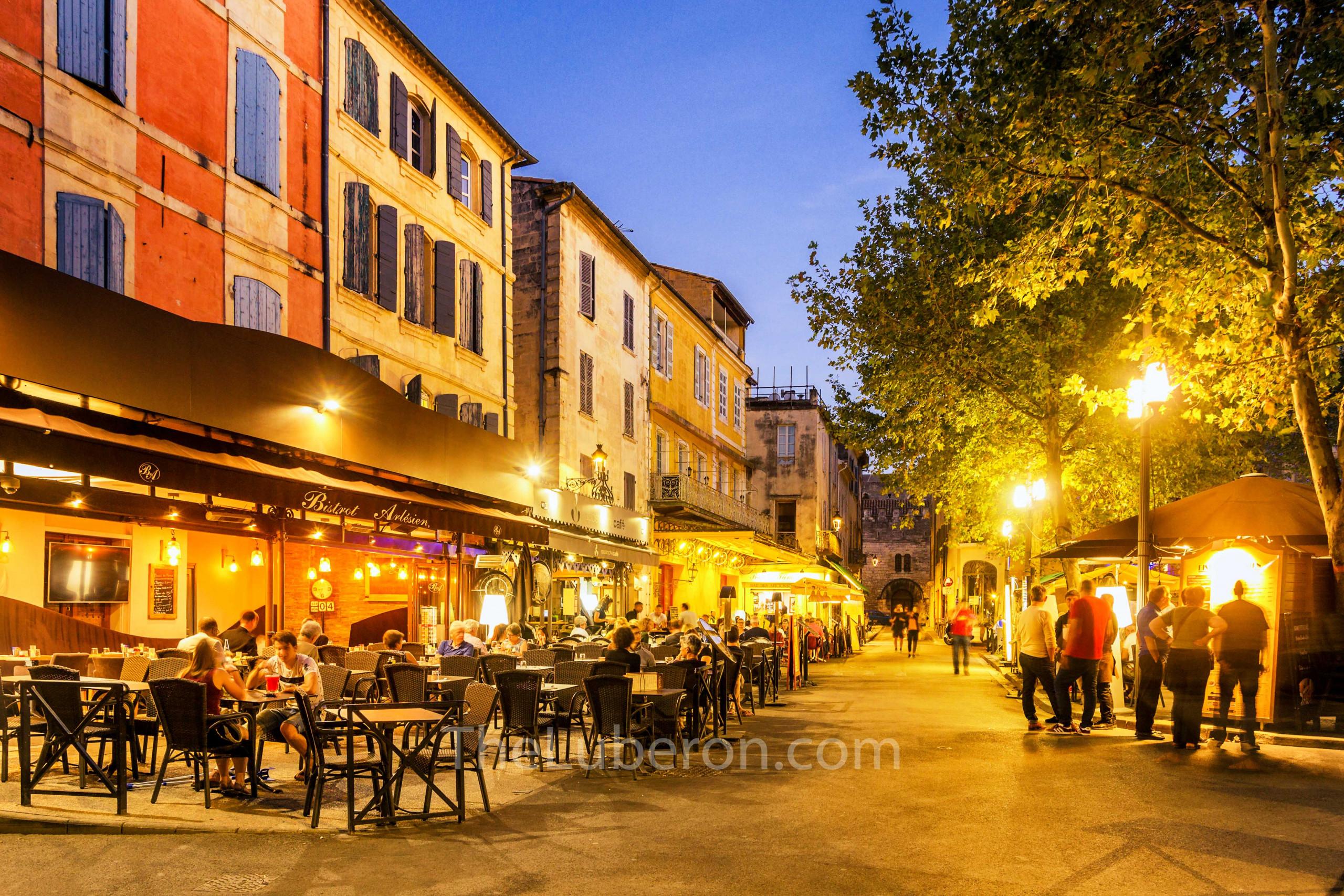 Arles restaurants at night