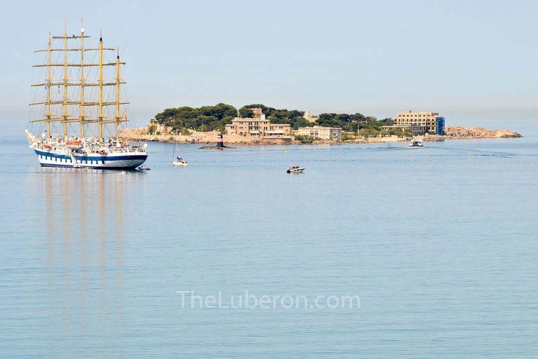 Bandol with ship and island