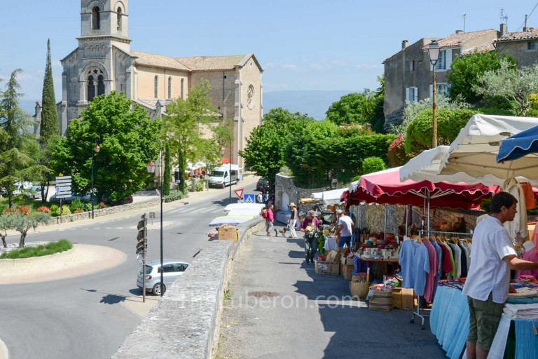 The church and stalls at Bonnieux market
