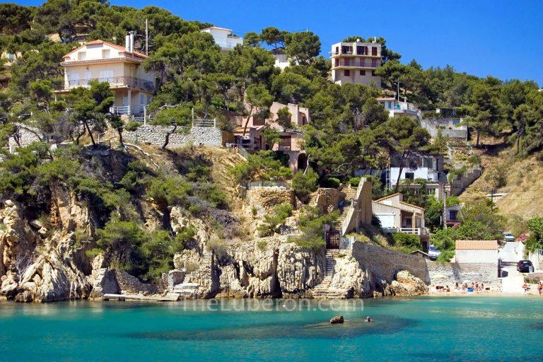 Houses on the coast at Ensues-la-Redonne, Cote Bleue