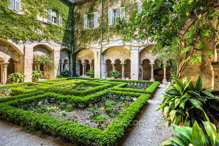 Interior courtyard at St-Paul-de-Mausole